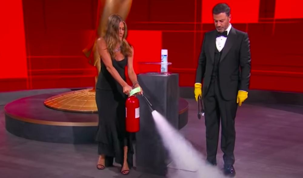 Eldsvoði í beinni útsendingu – Jennifer Aniston bjargar málunum